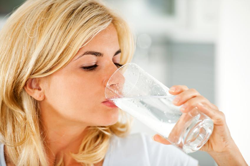 Eau gazeuse vs eau plate : procurent-elles les mêmes bienfaits?