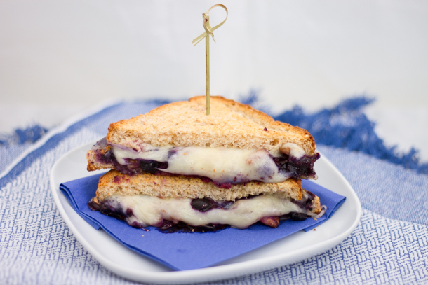 Grilled cheese gourmand aux bleuets et noix
