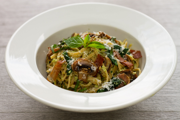 Spaghetti au pesto, prosciutto et champignons