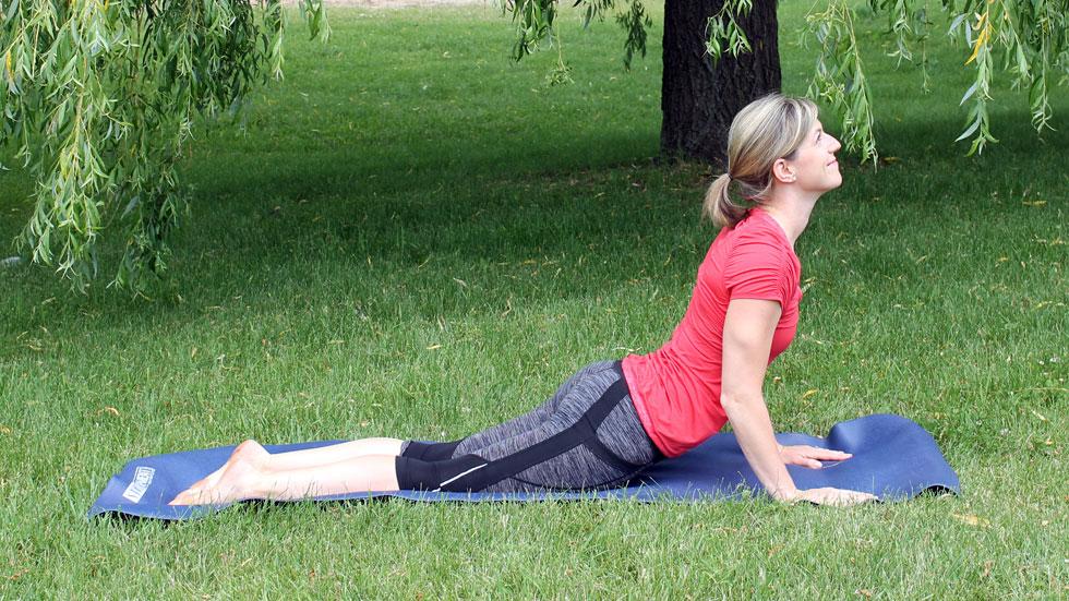 Routine de yoga au parc: chassez le stress et retrouvez votre énergie!