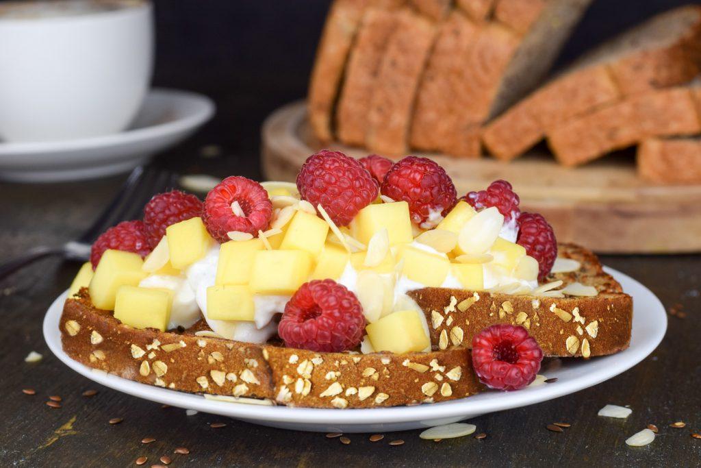 Plat de pains dorés avec fruits