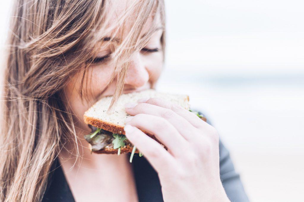 Personne mangeant un sandwich