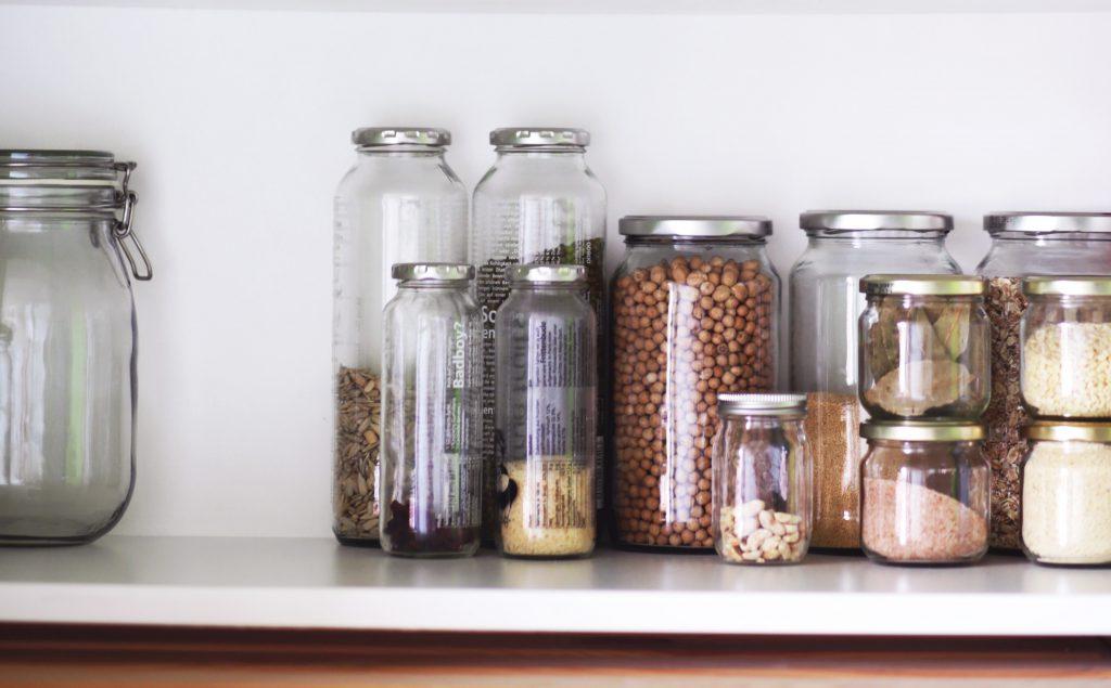 Pots réutilisables sur étagère