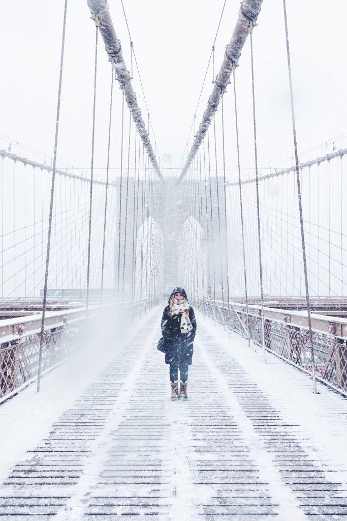 Personne sur un pont l'hiver
