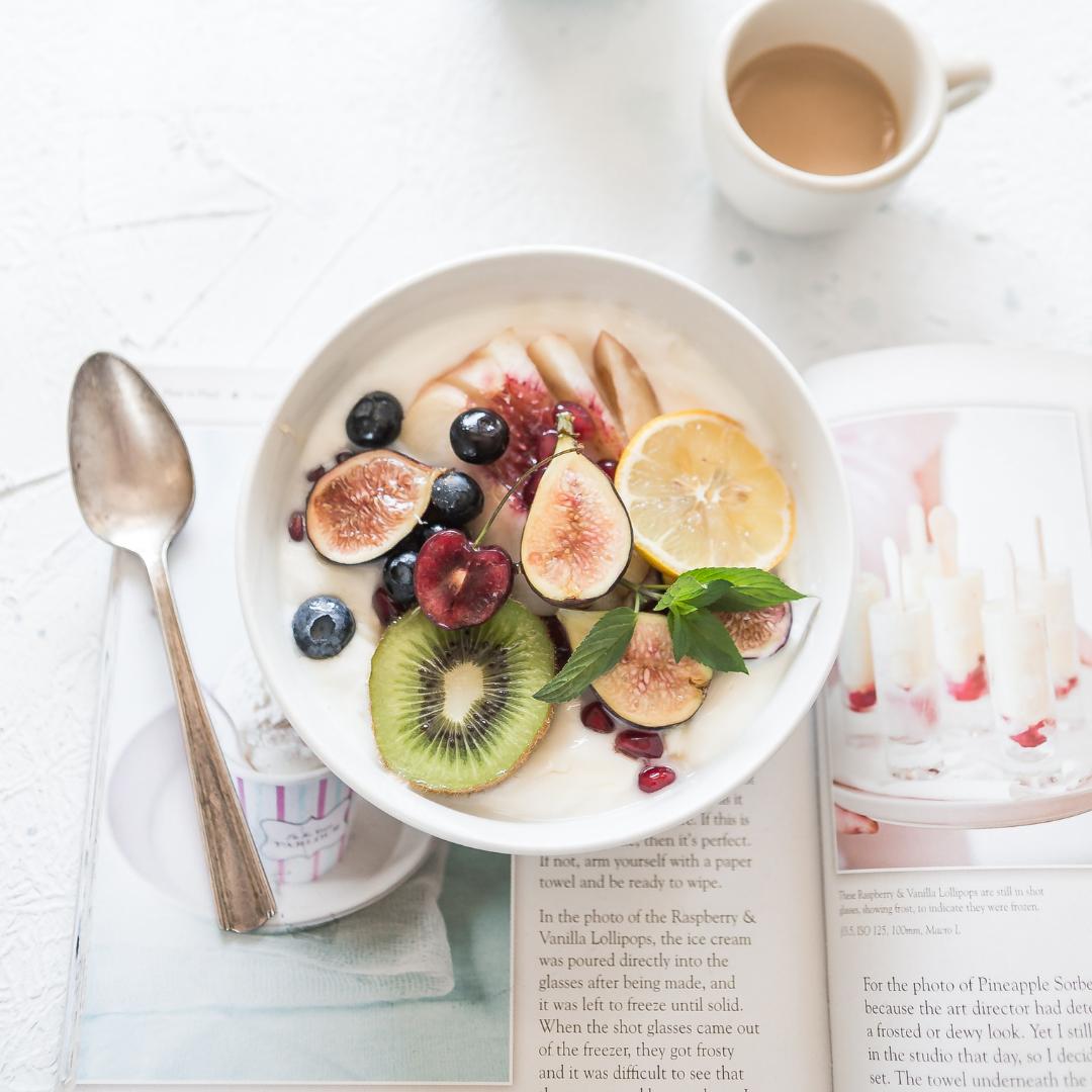 Bol de fauxgourts avec fruits