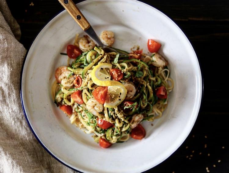 zucchini-noodle-crevettes-et-pesto_flatlay