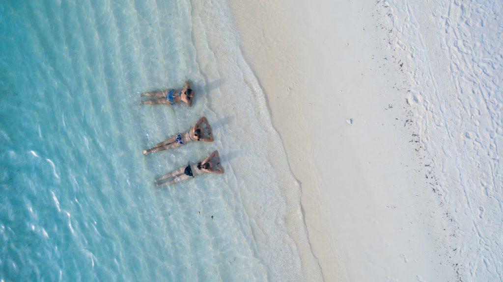 Trois femmes étendues à la plage
