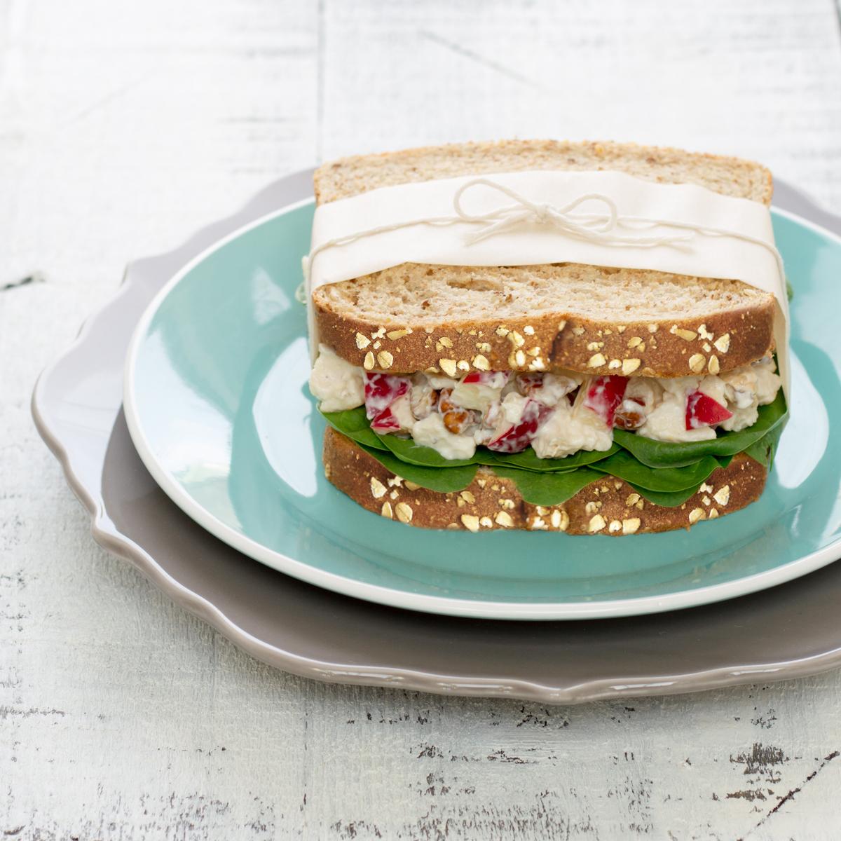 Sandwich à la salade de poulet, pommes et noix