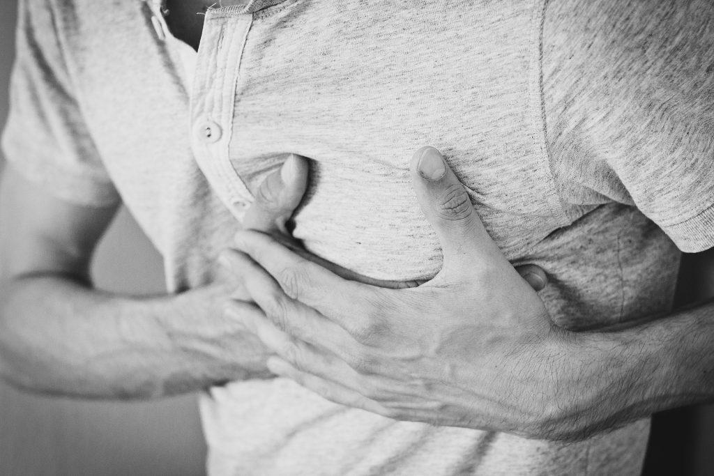 Homme ayant une douleur à la poitrine