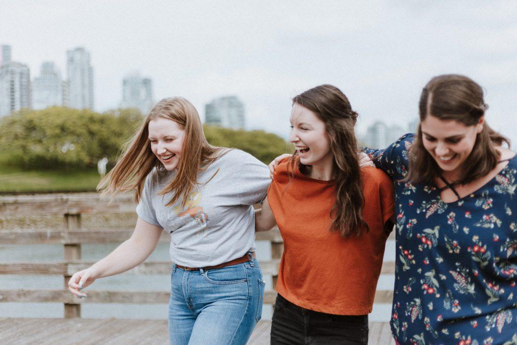 Groupe de filles riant