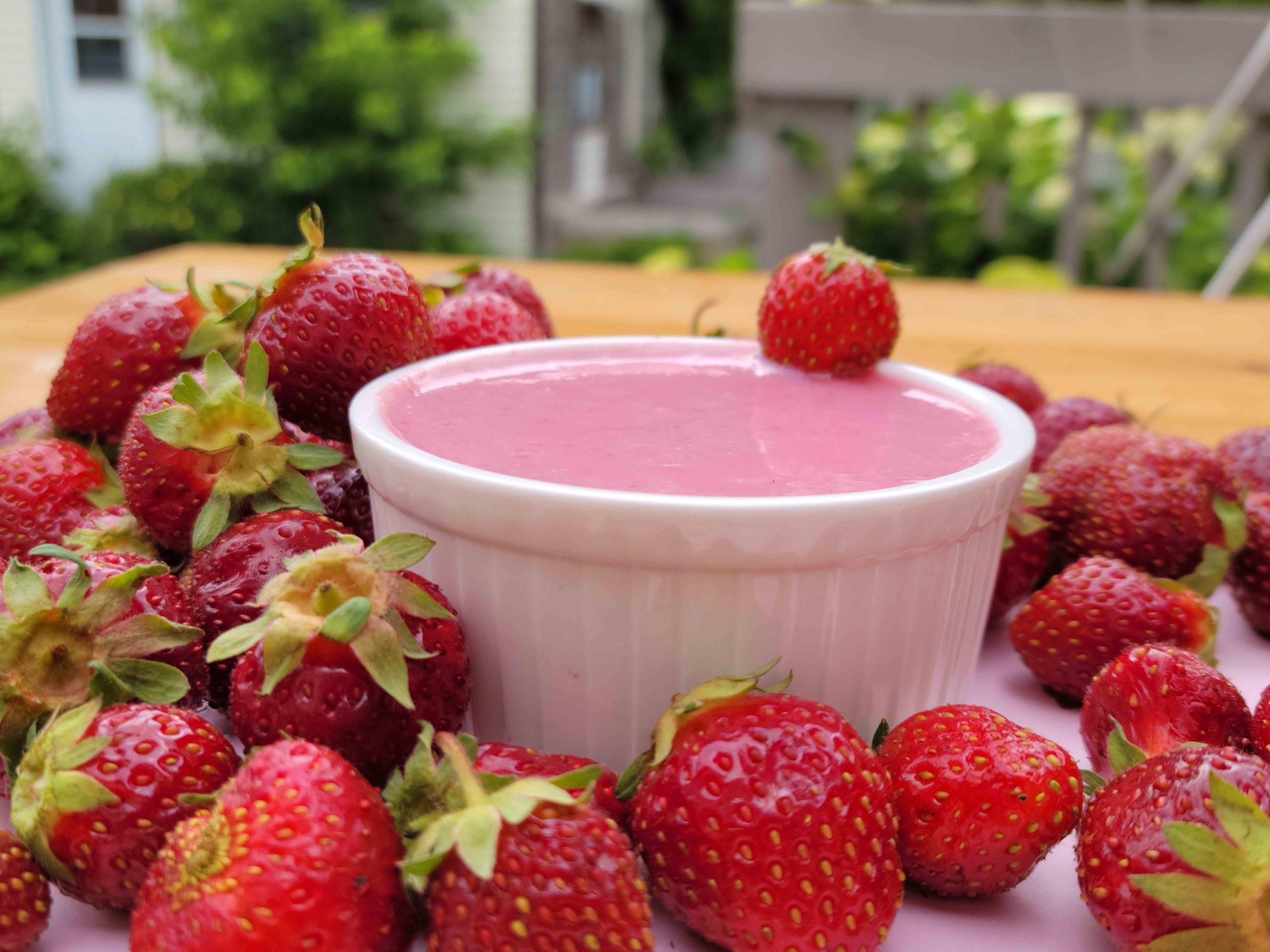 Délice soyeux végan aux fraises et graines de chia