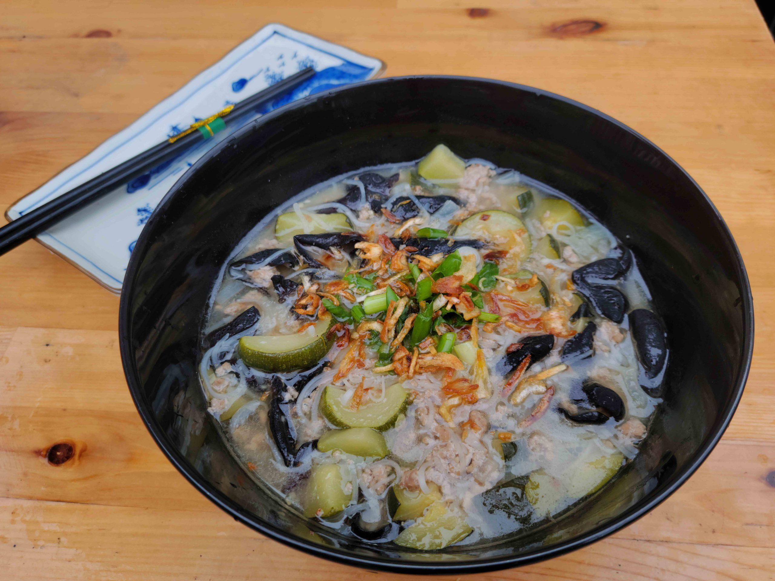 Soupe-repas au porc et zucchinis à la vietnamienne